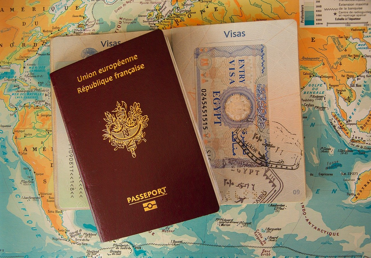 イミグレーションに提出する『入国カード(ARRIVAL CARD)』と税関へ提出する『税関申告カード(CUSTOMS DECLARATION)』