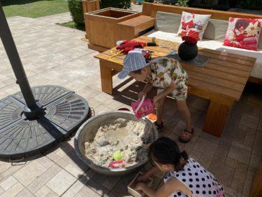 敷地内で砂遊び(ドゥマゲテ親子留学)